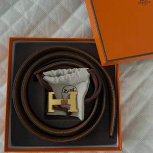 Säljer detta svarta bältet ifrån Hermes, självklart äkta. Kvitto och box ingår vid köp, nypris är 8500kr 🤎  Storlek 100cm. Ena sidan är svart och andra brun så det går och byta!