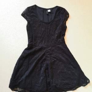Kortare svart spetsklänning ifrån HM. Sitter tight och fint på överkroppen och mer avslappnat utsvängt i kjolen.