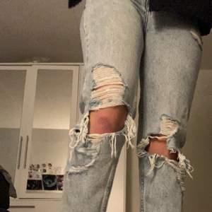 Säljer nu mina Tally Weijl jeans då de inte längre passar mig. Har knappt änvänts när jag brukade passa i de, och de är i bra skick! Kontakta gärna mig om det finns frågor. ( ^∀^)   ((Köpare står för frakt.)) Midjan är ca 70 cm, och längden är ca 90.