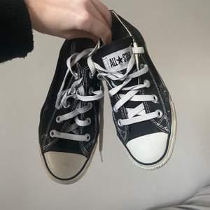 Converse i storlek 36/35 22-22,5cm är dom, okej skick men ena skon har en liten spricka!💗