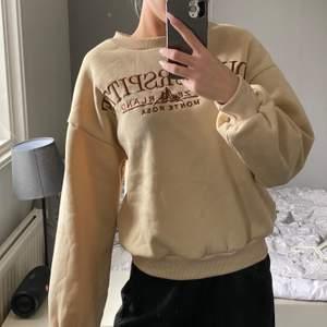 Säljer denna supermjuka o bekväma tröja som jag köpte på shein, aldrig använd så i bra skick