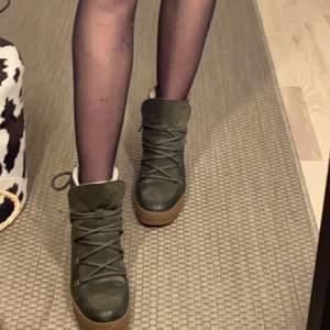 Sjukt coola inuikii liknande skor i äka får ull och mocka. De är en liten klack men sjukt sköna, säljer för att jag inte använder de längre. De finns lite slitage på de så skriv för mer bilder! Köpta för ca 1200kr      !Frakt ingår inte i priset!