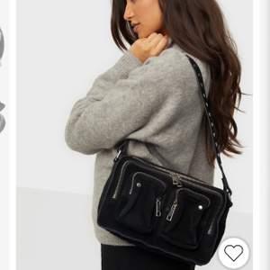 Säljer min Ellie suede Nunoo väska! Använd men fortfrande i bra skick! Två band finns med ett kort och ett längre justerbart. Kontakta mig så skickar jag fler bilder. Nypris är 1400kr💓 Köparen står för frakt