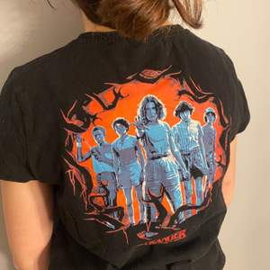 En skit cool t-shirt med stranger things tema och ett riktigt ballt tryck på ryggen, bra skick, köparen står för frakt, säljer för minst 60 kr men högsta bud vinner