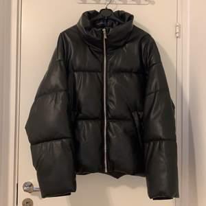 Helt ny puffer jacka från Gina tricot, köpte den men de va jätte stor så vill sälja den!🤗 Har vara används 2 gånger!