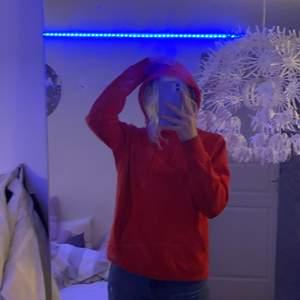 En röd pull&Bear hoodie från herravdelningen i storlek S (fortfarande oversized på mig)