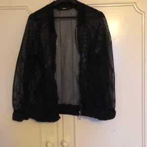 Nät/mesh jacka 🕸 från bikbok. Använd typ en gång, så den är i fint skick. Funkar på sommaren som en jacka annars som en tunn tjocktröja!! 🕸❤️