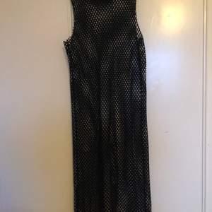 Lång nätkänning!!! Det har varit en favorit klänning passar alltid men den har bara glömt bort och behöver ett nytt hem!!! 💕💕 Storlek S men passar en M