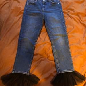 Unika jeans från topshop med tyll på kanten! Lite roligare en vanliga jeans 🤟🏽 Har använt några gånger men inte så mycket så de är i bra skick.