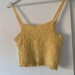 gult linne från gina säljer för 50 kr + frakt