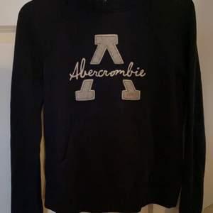 Marinblå luvtröja från Abercrombie i storlek S men känns som en xs! Köparen står för frakten ! 90kr eller bud