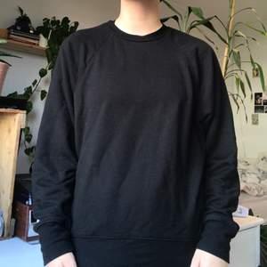 svart tjocktröja!! tunn, väldigt mjukt och skönt material :)) är i bra skick och bara använd fåtal gånger, är 160 för referens