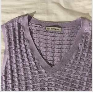 """En fin lila väst som inte kommer till användning. Super fin över en vanlig vit t shirt och modellen är lite kortare . Det är samma modell som på sista bilden (lånad bild) fast i en pastell lila färg. Passar nästan alla storlekar då den är väldigt strechig Vet ej var den är ifrån✌️Står något """" DILVIN knit """""""