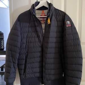 Säljer min brors parajumer jacka ✨ skicket är 9/10 & är köpt hösten 2020💕 Qr kod finns, skriv vid fler frågor