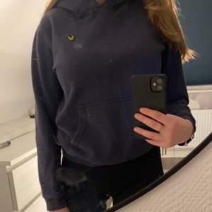 Marinblå hoodie från märket Lyle&scott. Köpt från kidsbrandstore, den är liten i modellen. Frakt tillkommer (smutset på bilden är på spegeln, inte på tröjan)