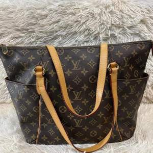 Preloved Louis Vuitton monogram canvas totally mm. ( with code) in good condition! Message us for more information or pictures of the bag if interested!🥰✨ köparen står för frakten!!