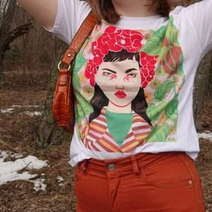Såå snygg somrig T-shirt ifrån Zara. Vit med tryck i jättefina färger, är ett coolt statement-piece till garderoben.🌿💐✨