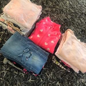 hej 👋  det ger bort.  (min dotters kläder,)      kläderna är i gott skick, jag jag bor i vårby ( kläder är 4/5 år )