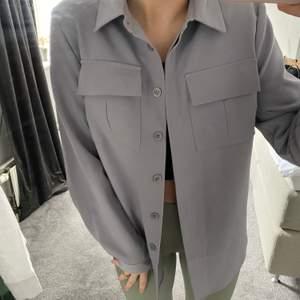 Oversized skjorta i ett mjukare material från nakd. Köpt för 499kr i höstas✨strl 34 men sitter oversized på mig som i vanliga fatt har S, inga defekter