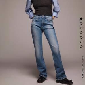 Ett par snygga flare jeans från zara. Modellen heter jeans zw premium the vintage flare men är helt slut slåd. De är i storlek 44 men passar säkert som 42, skulle säga att modellen är mindre i storlek. Så är de också oanvända 😁