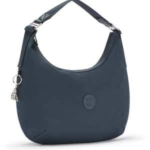 Marinblå väska från kipling. Rymlig stilren väska. Aldrig använd, lapparna sitter kvar på. 1059kr på Zalando.