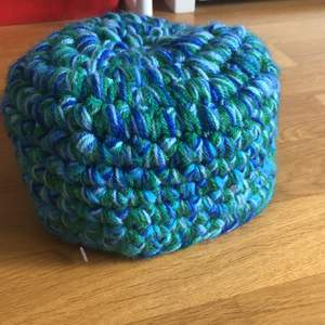 min mormors vintage virkade grönblåa hatt, döcool ifall man kan stylea den! annars bra till maskerad åt en 50s look (: