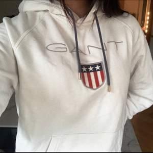 Unisex hoodie från Gant som för mig är något oversized då jag vanligtvis har strl S men detta är strl M. PRIS: 250kr där frakt INGÅR i priset 🤎