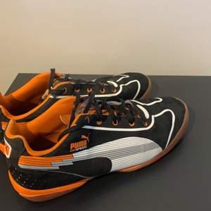 Orange/svarta inomhusskor från Puma. Unisex sko i strl 38 :)