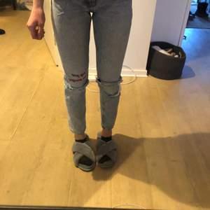 Säljer dessa snygga jeans från monki på grund av för små. Väldigt fina slitningar och perfekt passform. Endast använda ett fåtal gånger💜