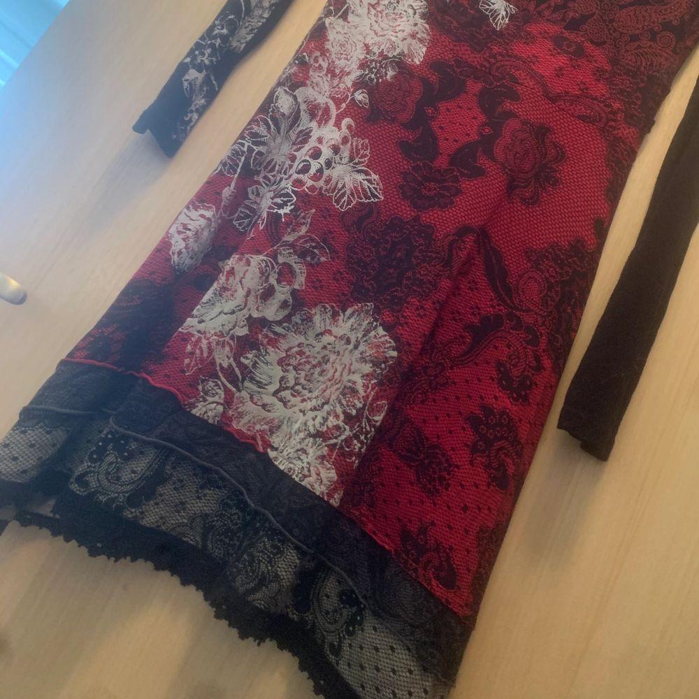 Säljer en Desigual klänning, tyget är lite töjbart, sval och blir väldigt fin passform. Strl M (Dåligkamera, drf är det lite prickar o suddigt) . Klänningar.