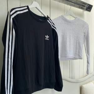 Två långärmade tröjor💗  Adidas tröjan är i tunt tyg som ej blir nopprigt, den är så luftig och skön! - 95kr  Den vita är i fluffigt tyg, typ magtröja, lite hög krage, den har några små hål (skriv för mer info) - 45kr