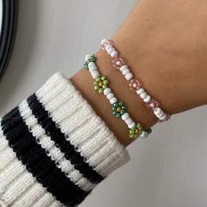 Handgjort armband med blommor, finns färdiga i dessa färger men går att önska ett likadant med andra färger 💚💞