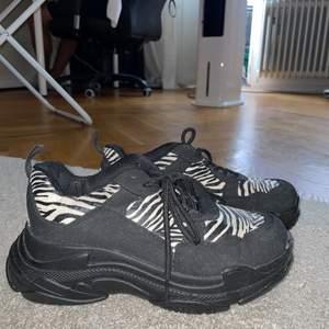 Super fina skor, balenciaga formade skor. Passar till allt får bara inte användning för dom!