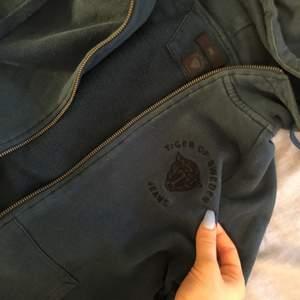 Blå/grön (jättecool färg) som skiftar i okika ljus zipper. Köpt på second hand, hör av er om ni är intresserade av fler bilder