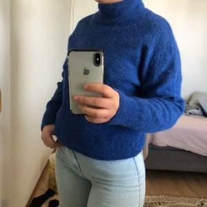 Säljer min fina stickade tröja i mörkblå. STRL S men är oversized så passar större och mindre! Frakt 66kr! 💙