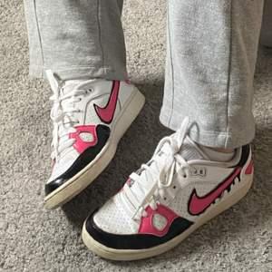 Säljer dessa målade skor i storlek 38 eftersom de inte kommer till användning längre💞 De är i begagnat skick men absolut inte dåligt😁 Drip-effekten finns på en utsidan av båda skorna, skriv gärna för fler bilder💞 + frakt 66kr tillkommer