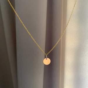 Kort guldigt halsband med en liten guldig cirkel! Kedjan kan göras längre innan jag skickar iväg den om du skulle vilja det men säg då till!!