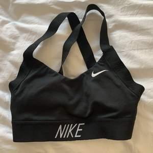 Snygg sportbh från Nike i toppskick! Givetvis tvättad🤍