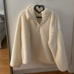 Zip up tröja i benvit färg, storlek L, väldigt oversize! Super mysig. Frakt går på 66kr💕