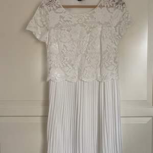 En jättefin vit klänning från märket Happy Holly i storlek 36/38. Helt oanvänd, endast provad. Passar perfekt som t.ex. studentklänning. Har en fin passform, med spets upptill och en plisserad vit kjol nedtill. Väldigt bekväm med fin kvalité. 200kr. Frakt tillkommer.