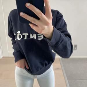 Marinblå sweatshirt med text