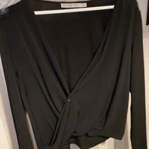 Långärmad tröja med v-ringning,, använt en gång, man kan justera hur djupringad man vill att den ska vara med en säkerhetsnål 🧷