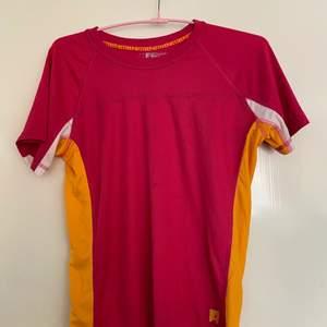 Träningströja i rosa och orange, storlek 146-152 men sitter också som en S