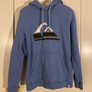 Fin babyblå Quicksilver hoodie i bra skick, inga tecken på använding, Storlek S (men kan även passa stl M) Hör av er vid frågor!