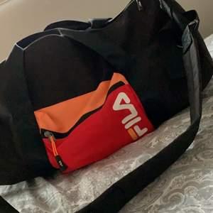 FILA väska perfekt till gymmet eller andra tillfällen! Super fint skick.