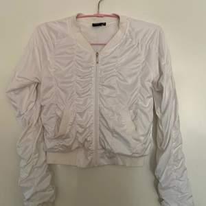 Jätte fin Kofta/tröja med dragkedja köpt från Kappahl! Stlr 146-152 men passar även XS/S