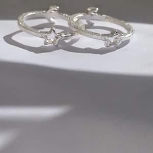 Stjärn ringarna passar till både tjejer och killar! Runt ringen är det ca 6-7cm🤍 ringen kostar 14kr + 12kr frakt! (Man kan även fråga snällt om man kan få sänka priset)☺️ skriv till mig här på Plick eller på insta dm: moas_smycken_material
