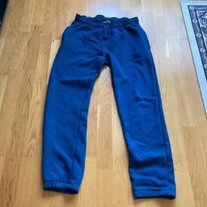 mjukisbyxor de är lite slitna byxorna Ni får jättegärna ställa frågor om byxorna och fri och kort