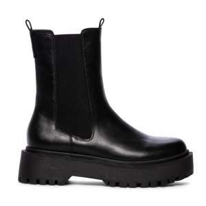 Riktigt coola svarta boots från dinsko! Använda ett fåtal gånger men är inte riktigt min stil längre :/ Ser nya och fräscha ut! Nypris 599kr, säljer för 150+frakt eller för högsta bud🖤