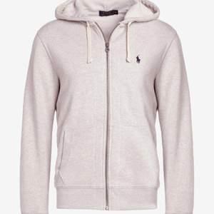 Snygg hoodie i herrmodell, men sitter snyggt på tjejer med. Som ny!  🌟  Högsta bud: 400kr  🌟